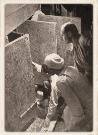 Howard Carter lors de l'ouverture du tombeau de Toutankhamon